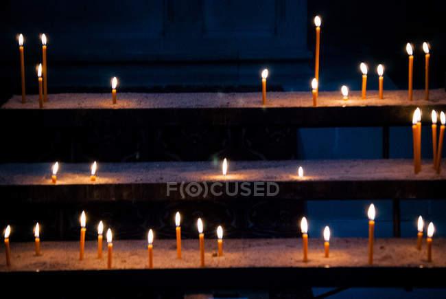 Velas de incandescência na igreja como sacrifício oferecendo — Fotografia de Stock