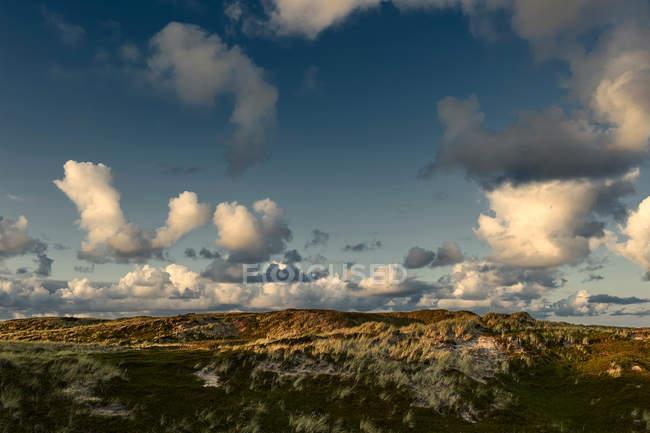 Malerischen Sonnenuntergang Landschaft mit Wolken über die grasbewachsenen Hügel an der Nordsee — Stockfoto