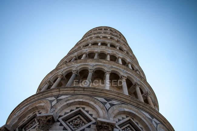 Vista dal basso del cielo colonna, blu di Pisa su priorità bassa — Foto stock