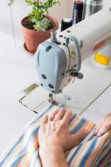 Tailor hands sewing on sewing machine — Stock Photo