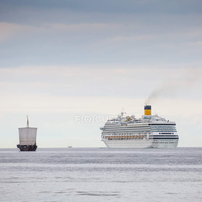 Paquebot gigantesque dans la mer — Photo de stock