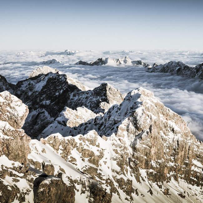 Vue aérienne de neige couverte pic Zugspitze dans les montagnes du Wetterstein, Allemagne — Photo de stock