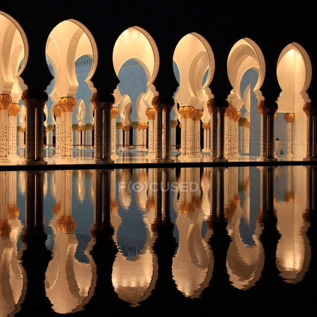 Interior view with columns and arches by pond, Abu Dhabi mosque, United Arab Emirates, UAE — Stock Photo
