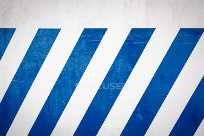 Immagine frame completo di muro bianco con linee blu — Foto stock