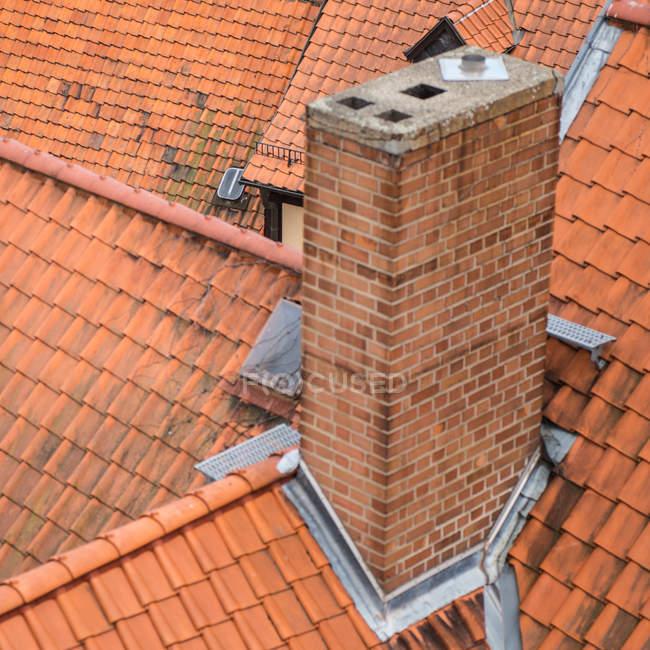 Chaminé em telhados de casas típicas na cidade velha — Fotografia de Stock