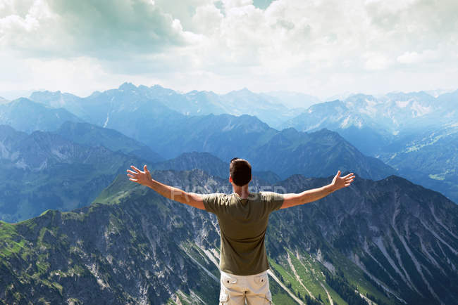 Rückansicht des glücklichen Mann auf Berggipfel — Stockfoto