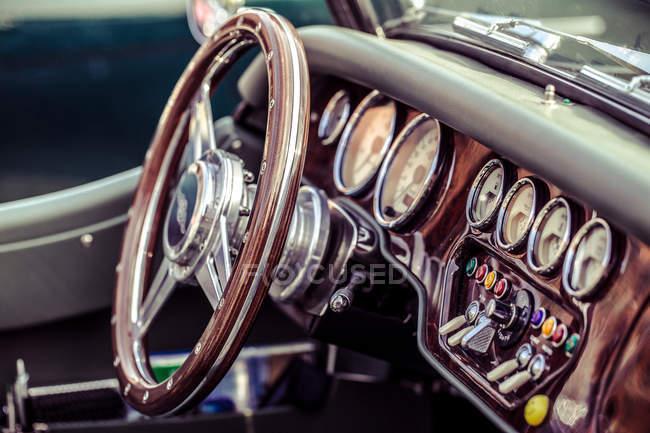 Closeup de exibição de detalhes interiores do carro retrô — Fotografia de Stock