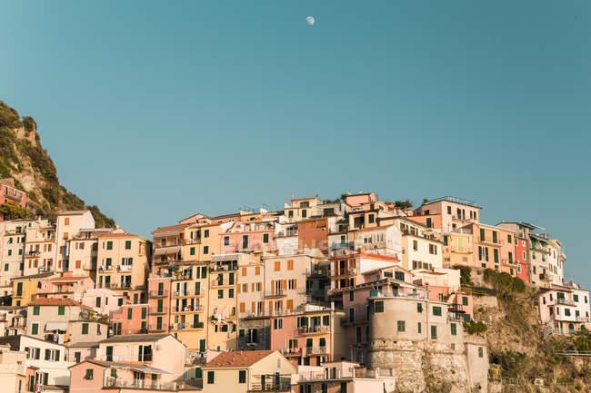 Vista da encantadora vila mediterrânica na colina, Itália — Fotografia de Stock
