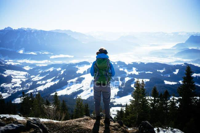 Мандрівник жінку, що стоїть на вершині гори — стокове фото
