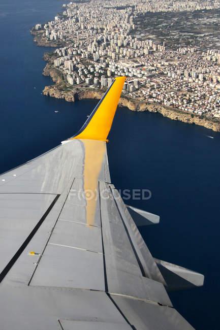 Крыло самолета пролетели над побережьем — стоковое фото