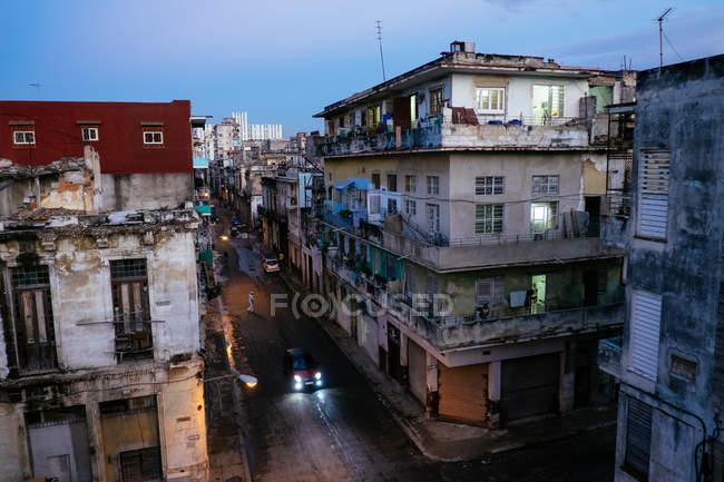 Аэрофотоснимок город Гавана в сумерках, автомобильные фары на улице, Куба — стоковое фото