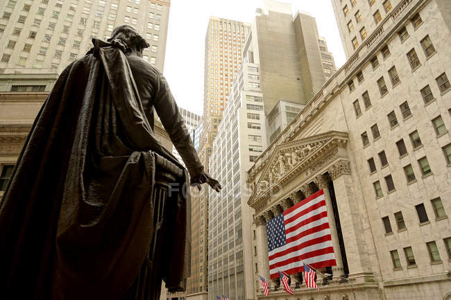 George Washington monument and federal hall with American flag view, New York, USA — Stock Photo