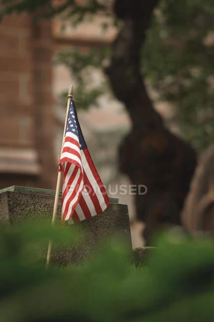 Національний прапор Сполучених Штатів Америки проти розмитість фону — стокове фото