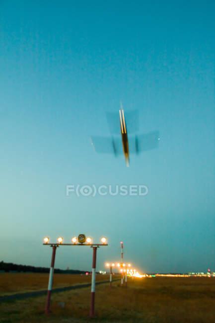 Самолет посадки на взлетно-посадочной полосы — стоковое фото