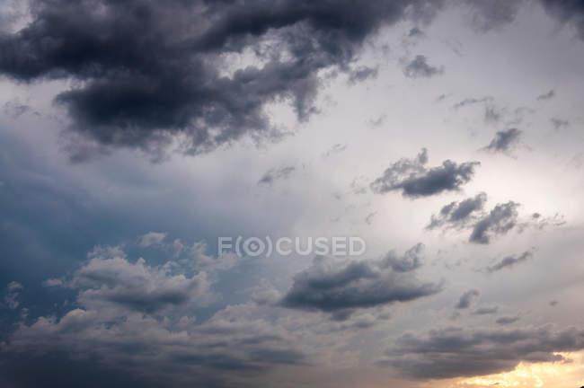 Cloudscape з величезною бурхлива хмар — стокове фото