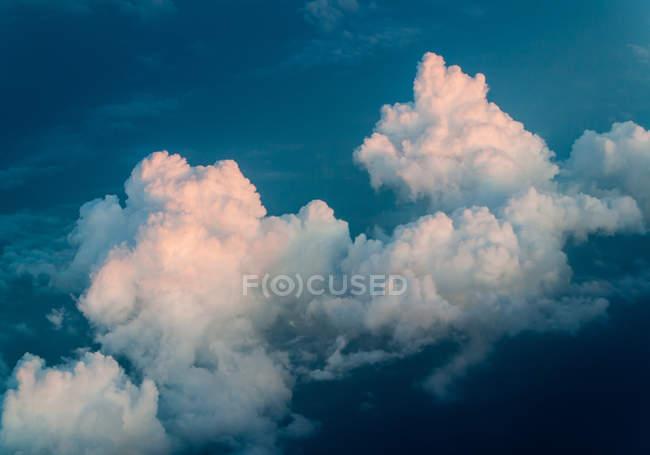 Живописный вид с воздуха формирования больших облаков на небе — стоковое фото