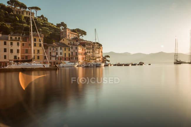 Живописный вид прибрежный город в спокойной свет заката, Портофино, Италия — стоковое фото