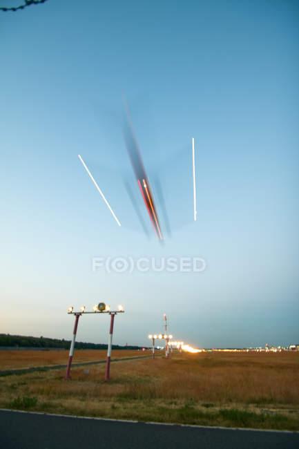 Flugzeug Landung auf der Landebahn — Stockfoto