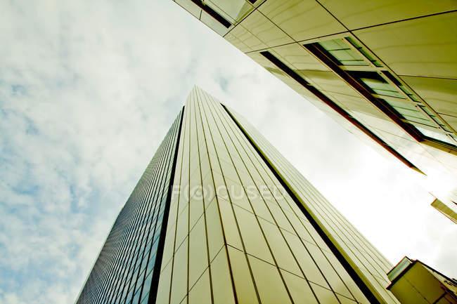 Edificios de la parte inferior de la arquitectura moderna ver - foto de stock
