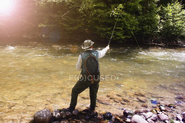 Hombre pescando en Río - foto de stock