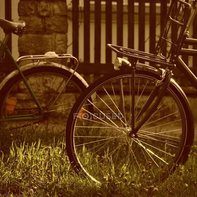 Zugeschnittenes Bild von zwei Vintage Fahrräder — Stockfoto