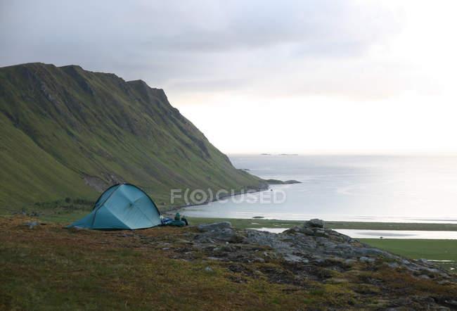 Vista panoramica di viaggio tenda a Lofoten, Norvegia — Foto stock