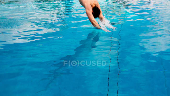Man jumping in pool water — Stock Photo