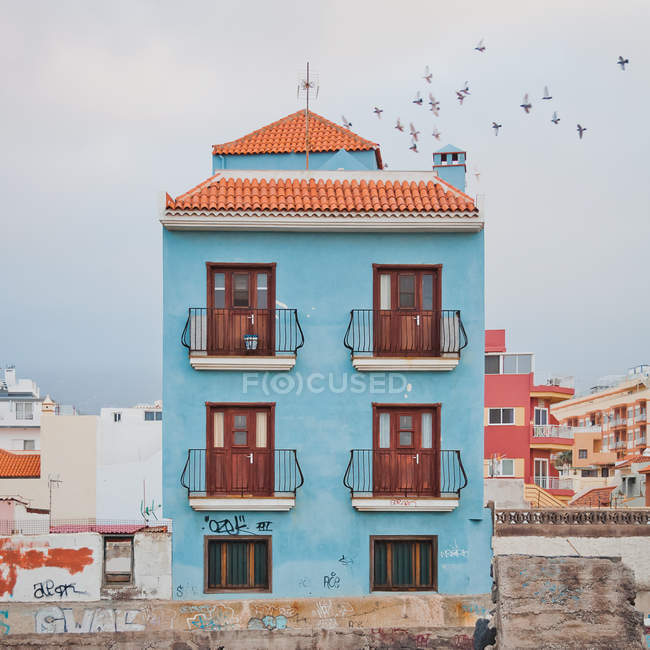 House of typical architecture with balconies on colorful facade and tiled roof, Canaries — Stock Photo