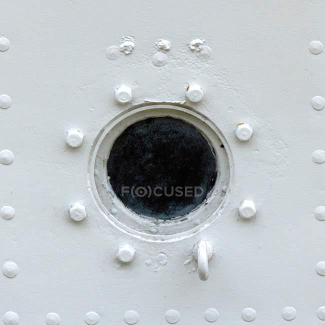 Detalhes de construção de metal com olho de boi — Fotografia de Stock