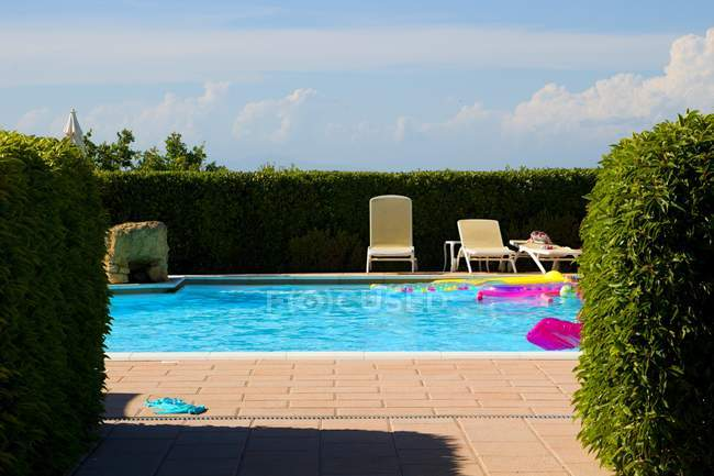 Swimming pool in house garden — Stock Photo