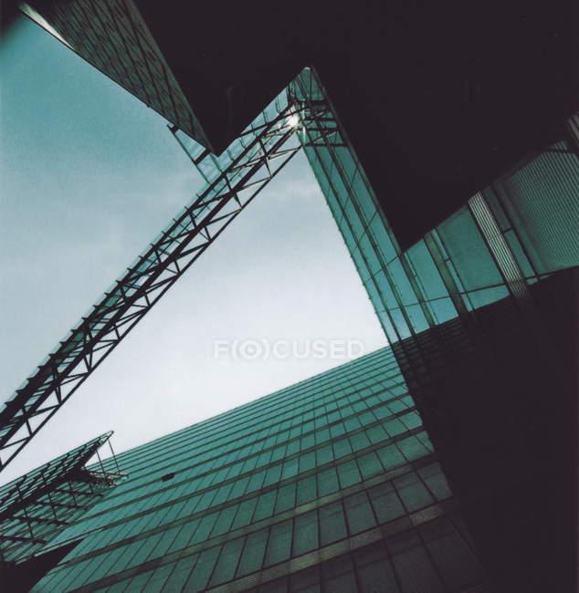 Edifici di architettura moderna e costruzione gru vista dal basso — Foto stock