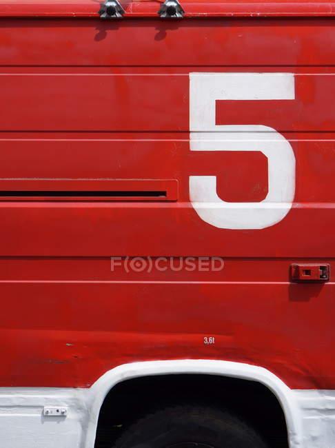 Крупным планом вид числа на красный автомобиль двери — стоковое фото