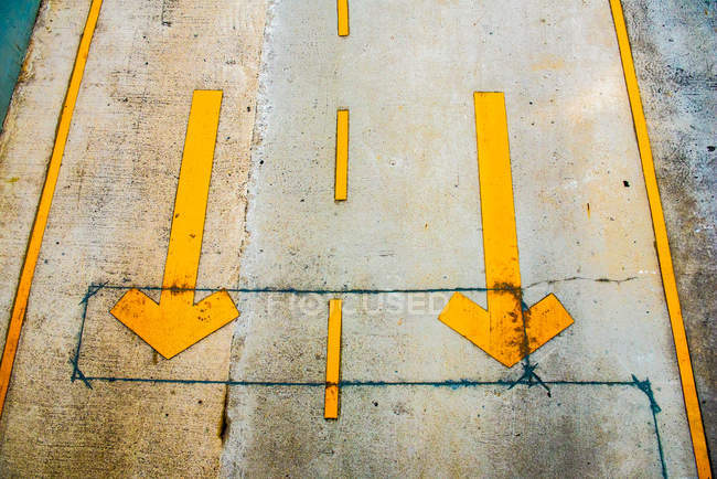 Two yellow arrow signs — Stock Photo