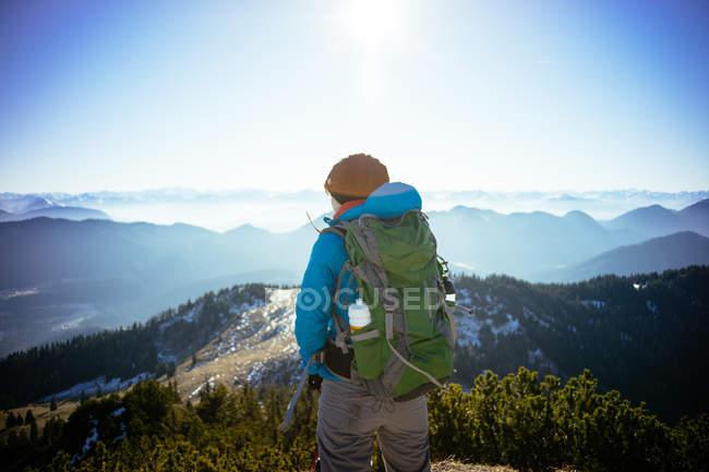 Wanderer, die wunderschöne Berglandschaft zu betrachten — Stockfoto