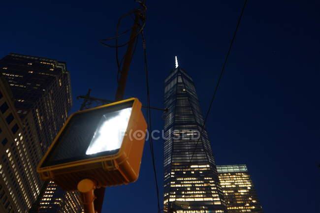 Ansicht von unten beleuchteten Gebäude der modernen Architektur, New York, Usa — Stockfoto