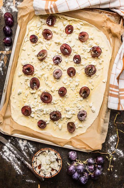 Preparar uma pizza caseira com uvas — Fotografia de Stock