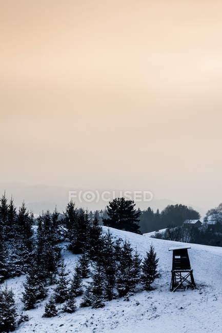 Зимний сезон в горах, время Сумерки — стоковое фото