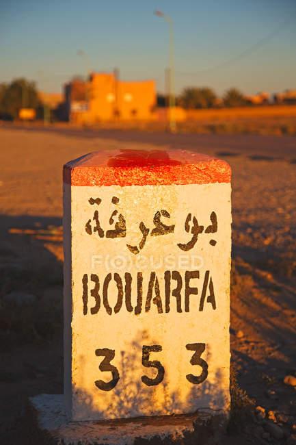 Ansicht von Verkehrszeichen in der marokkanischen Wüste — Stockfoto