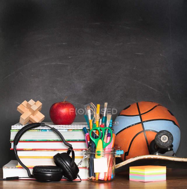 Accessoires scolaires et sportives sur Bureau — Photo de stock