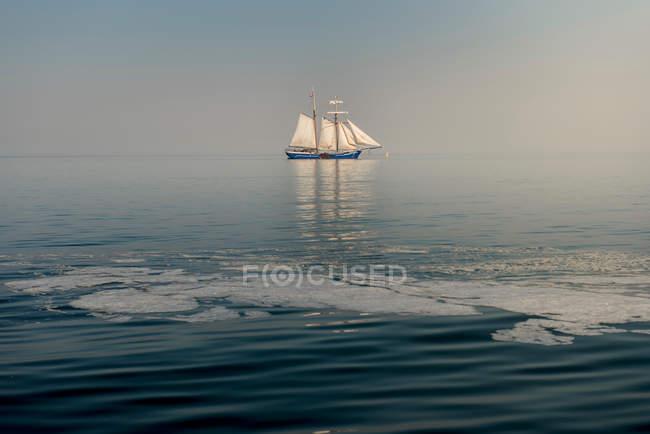 L'eau de surface et voilier vue — Photo de stock