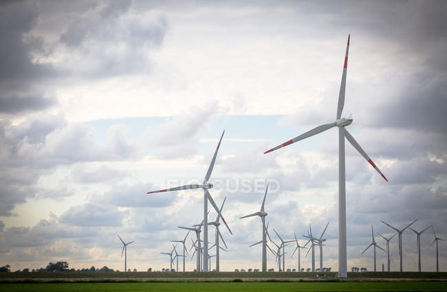 Вітер млини виробництво енергії в області — стокове фото