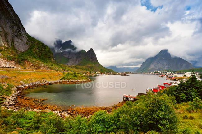 Cidade de lago na Noruega — Fotografia de Stock