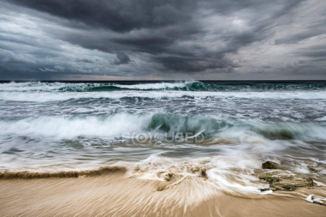 Ciel orageux sur la rive — Photo de stock