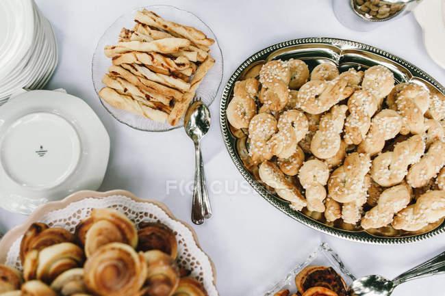 Різноманітні файли cookie на служив таблиці — стокове фото