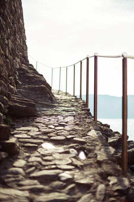 Старые мощеные путь на побережье, поверхности уровня представления — стоковое фото