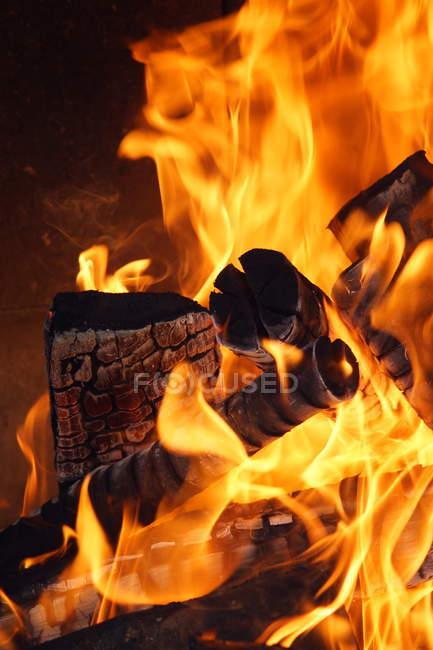 Detailansicht der brennenden Holzscheite — Stockfoto