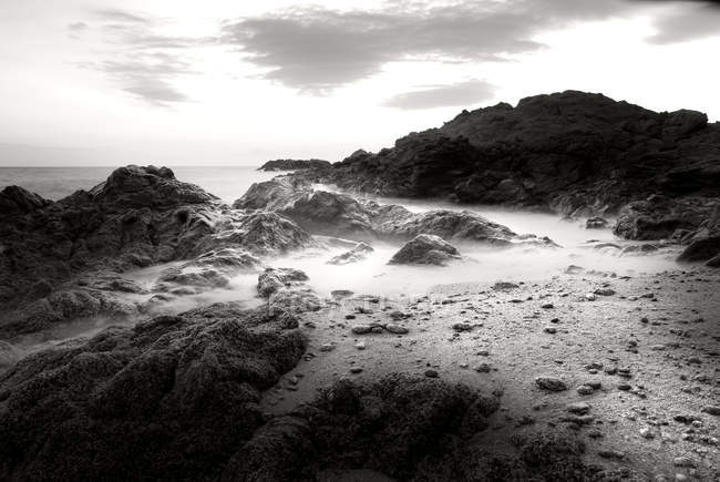 Скелястому узбережжі і піщаний пляж — стокове фото