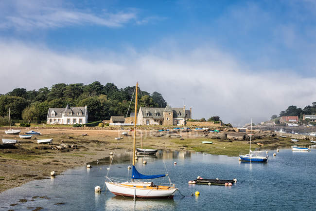 Sea bay with floating boats, coast with houses, Atlantic Ocean Brittany Ploumanach — Stock Photo