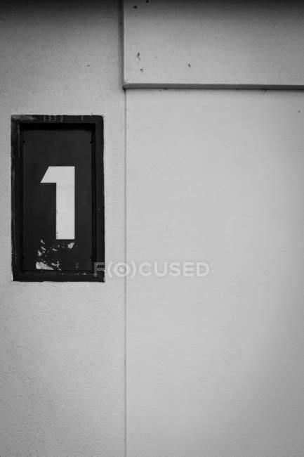Крупным планом вид числа на стене — стоковое фото