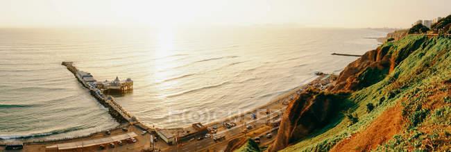Сонячний морський пейзаж з скелястий берег — стокове фото